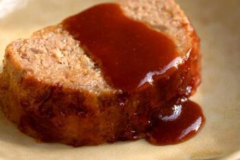 ケチャップ入りグレイビーソースの作り方はいたって簡単。肉を焼いた後、フライパンから肉をいったん取り出し、そこにウスターソースやケチャップ、醤油といったソースの材料を入れて数分煮詰めるだけ。  最大のポイントは、肉を焼いた後のオイルと、肉からあふれ出てきた肉汁をベースにして作ること。油が気になる人はフライパンを軽く拭き取って調整してもいいかもしれませんが、くれぐれも肝心の肉汁を捨ててしまわないようにしましょう。