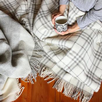 羊毛の特徴を熟知したシルケボー社製のブランケット。軽くて柔らかく、ふわりとあたたかいブランケットは、毛の選定から製造に至るまで厳しい水準で管理されているので、羊毛ならではのしっかりとした質感があります。柄は9種類、お部屋に合わせたとっておきの1枚はいかがですか。