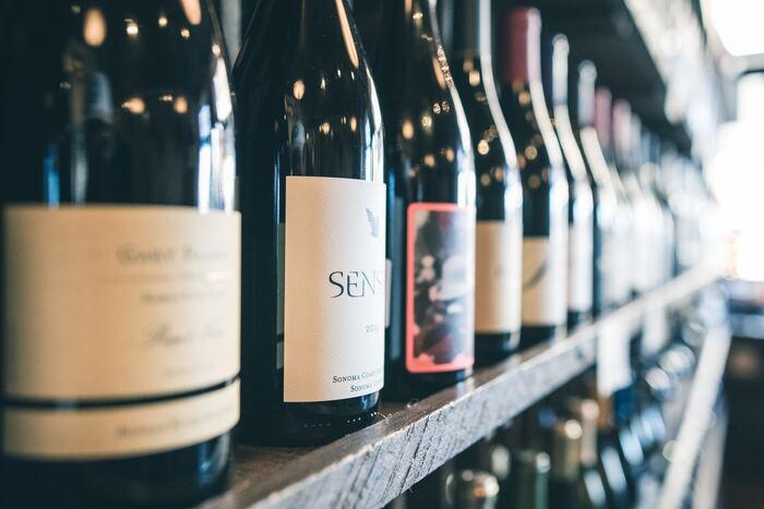 ワイン好きの方なら、ワインオープナー以外にも揃えて欲しいアイテムがいくつかあります。これからご紹介するアイテムは、どれも自宅で気持ちよくワインを楽しんでいただくためにおすすめのものばかりですよ。