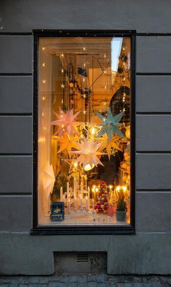 11月の最終週の週末から12月上旬にかけて、スウェーデンの街は一気にクリスマスらしく煌きます♪お店はもちろんのこと、各家庭の窓辺やお庭に目をやると、可愛いオーナメントがたくさん。この時期に、スウェーデンを訪れる方は注目です!