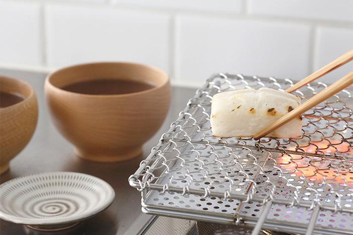 どうせなら、中に入れるお餅もおいしく焼いてみませんか?こちらは、網の上に乗せて焼くだけで、お餅がおいしく焼ける「金網つじ」の、手付きセラミック付き焼き網。