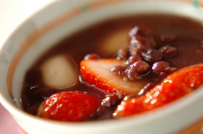 冬に特に嬉しいおやつのぜんざいと、冬においしい果物のイチゴを組み合わせた「イチゴ白玉ぜんざい」。甘くやさしい味わいのぜんざいに、フレッシュなイチゴの酸味が良く合い、ヤミツキになりそう。