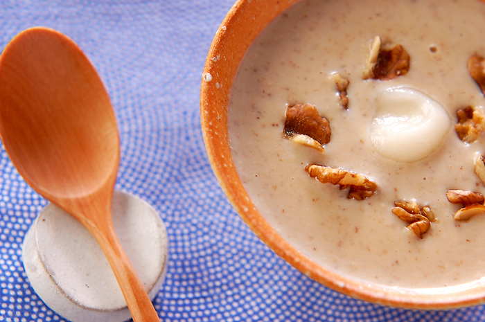 クルミ、牛乳、葛粉、砂糖などで作る「クルミ汁粉」。クルミと牛乳をミキサーにかけて、葛粉と砂糖を加えながら煮て作るおしるこは、葛粉のとろみとクルミの香ばしさとミルクのまろやかな味わいに、ほっこり癒されそう。