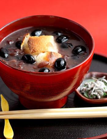 同じく、おせちで人気の黒豆で作るぜんざい。缶のゆで小豆と片栗粉でとろみを出して作るので、手早くおいしいぜんざいをいただけます。