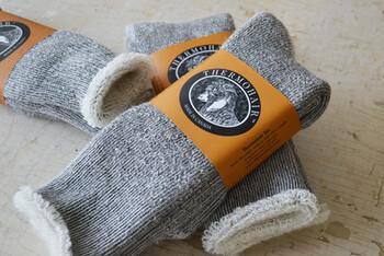 「キッドモヘヤ」と呼ばれる、生後1年未満のアンゴラ山羊の毛を使って作られた靴下。内側はすべてパイル編みなので、足を通した瞬間なめらか。高い保温性と吸湿性があり、おうちで長時間履いても気持ちのよい履き心地が続きます。