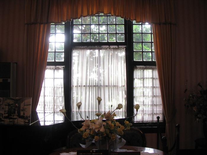 風見鶏の館は、1909年にドイツ人のゴッドフリート・トーマス氏の邸宅として建てられた家です。モダンな外観も洗練された内装も、建てられた当時の姿を残しており、館内に一歩足を踏み入れると、大正時代から時間が止まっているかのような錯覚を感じます。