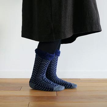 靴下の内側は、つま先までたっぷりと起毛しているので、床のひんやりとした冷たさをシャットアウト。優れた保温性が、汗をほどよく吸収・発散してくるため、蒸れにくく快適です。もこもこがふくらはぎまで覆うロング丈もありますよ◎