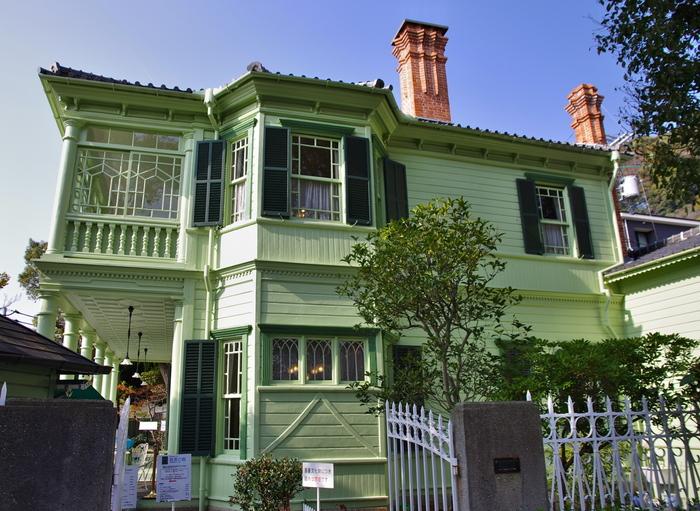 石畳の道と広場をはさんで風見鶏の館の南側に建つ萌黄の館は、アメリカ総領事、ハンター・シャープの邸宅として、1903年に建てられたものです。
