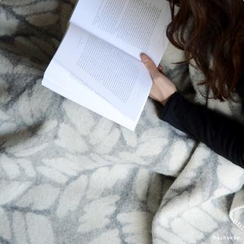北欧フィンランドの老舗テキスタイルメーカー、ラプアン・カンクリのウールブランケット。高級感のあるウールで、心地よさとぬくもりを感じられます。寝具にも使える大きなサイズなので、ふわりと体を包めば全身まるごとぽかぽかに。