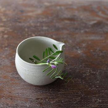 小さなお花を飾る花器としても、片口は使えます。アシンメトリーなかたちなので、お花を生けるとより一段と動きが感じられてお洒落に見えます。