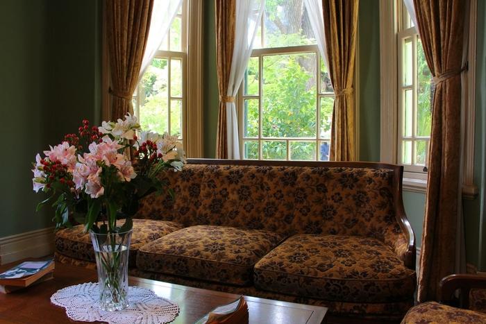 豪華で洗練された調度品が並ぶ内装をした萌黄の館は、1978年まで実際に住居として使用されていました。