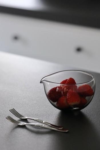 すっと伸びた注ぎ口が印象的なガラスの片口。丸みを帯びたシルエットがとても美しく見えますよね。中に入れた食べ物がよく見えるので、爽やかな盛りつけが楽しめます。