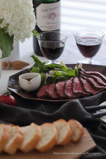 小さい片口にドレッシングやソースを入れ、お料理に添えるという、テーブルセッティングもおすすめ。食べる直前にかけることができるので、お料理が水っぽくならず、見栄えよく仕上げられますね。