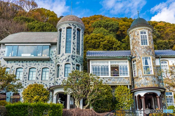 1905年に神戸旧居留地に外国人向けの借家として建築され、その後、北野エリアに移築されたうろこの家は、神戸市で最初に公開された異人館です。