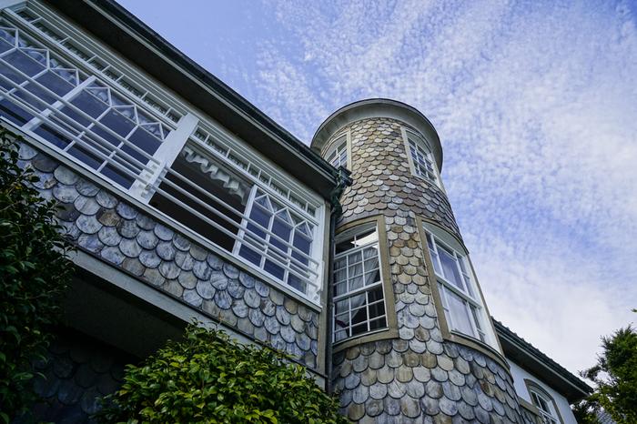 ここは、外壁に張り巡らされた円盤状の石が魚の鱗に似ていることから「うろこの家」と呼ばれており、国の登録有形文化財に指定されています。また、この家は、兵庫県指定住宅百選の館の一つでもあります。
