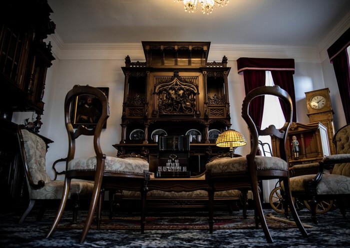 内装も、1905年に建てられた当時のままの姿が残されています。館内随所に凝らされた意匠の美しさ、重厚感あふれる家具、上品な調度品の数々の素晴らしさには思わず息を吞むほどです。