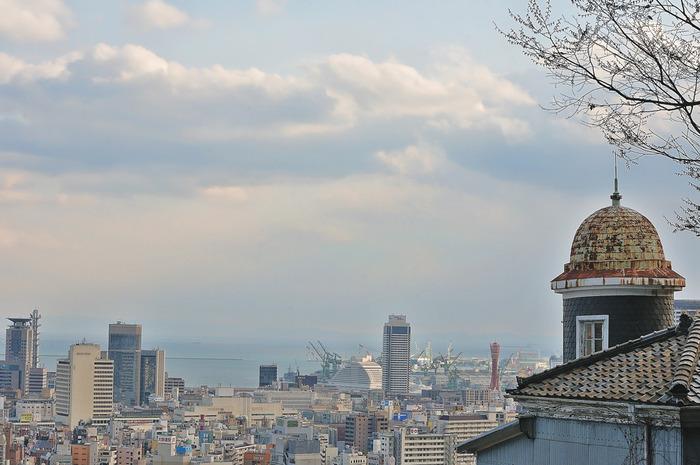 神戸異人館の中でもひときわ高台にそびえ立つうろこの家の3階からは、神戸港、神戸市街地の素晴らしい景色を一望することができます。