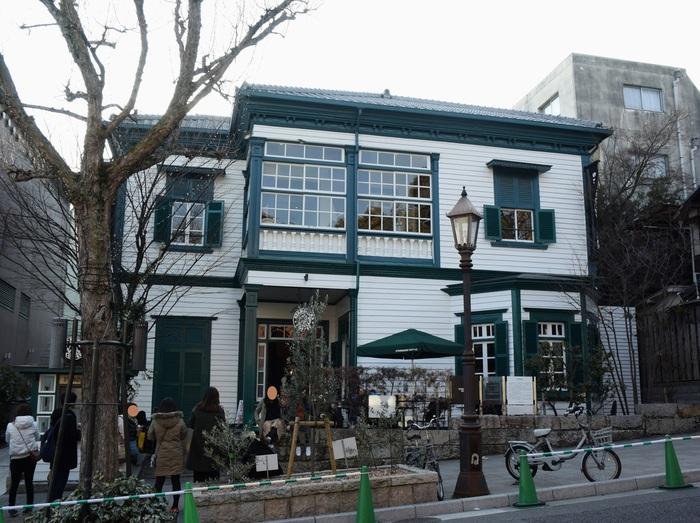 スターバックス神戸北野異人館店は、NHKの連続テレビ小説「風見鶏」の主人公の夫のモデルとなったハインリヒ・フロインドリーブが所有していた西洋式建築物です。