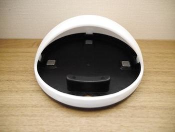 コロンとしたフォルムがキュート。立てかけて使える他、スマホのスピーカー部分を奥にしてドームの中に寝かせるように置くと、ドーム部分がスピーカーの役割を果たしてくれます。