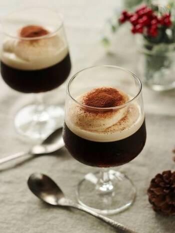コーヒーゼリーにマスカルポーネチーズのクリームをのせたティラミス風のコーヒーゼリー。ほろ苦さとカルーアが香るマスカルポーネが絶妙。ガラスの器で作ると層も美しい。甘いスイーツが苦手な方にもおすすめです。