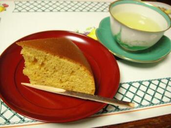 シンプルな材料だけで作る「黒糖ケーキ」は、蒸しパン風のふわふわ食感のケーキです。甘さ控えめでほんのり黒糖風味なので、クセもなく食べやすい!素材の味を感じられるシンプルケーキ好きな方におすすめです。