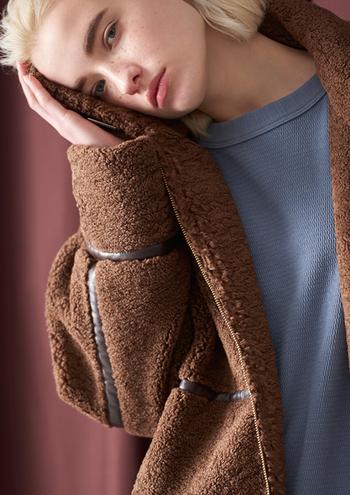 モコモコの質感が温もりを演出する「ボア」。肌触りも気持ちよくて、着ていてほっと癒される感じがあるのも魅力。今年のトレンドはロング丈。ブルゾンよりも大人っぽく、抜け感があるのがポイントです。