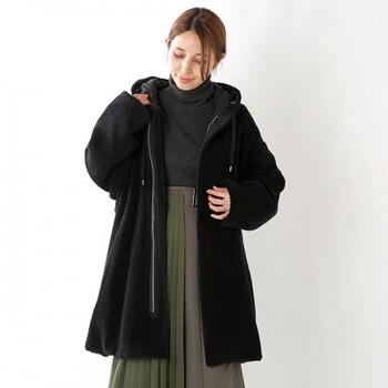 ふわっと軽く羽織った感じが可愛いフード付きのボアコート。素材の柔らかさが女性らしさを際立たせます。おすすめはスカートに軽く羽織る感じ。エアリー感を上手に演出して。