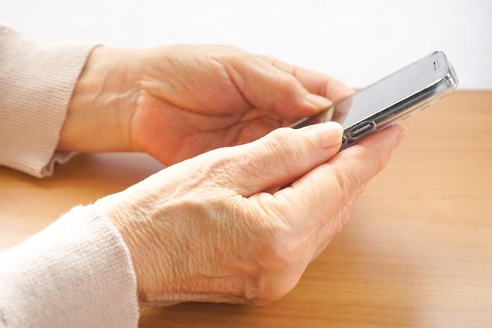 気軽にコミュニケーションが取れる電話には、お互いに近況を報告し合えるメリットがあります。  実家の親の近況の確認はもちろん、自分の近況や、結婚している場合は家族の近況も話すこともできるので、親にとっては新しい刺激になるかもしれません。