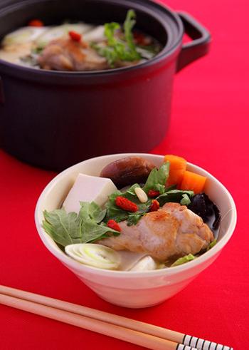 コラーゲン豊富な鶏手羽元に、松の実やクコの実などを加えて作る薬膳鍋。美肌のためにもよさそうですね。最後に春菊などをたっぷりと。
