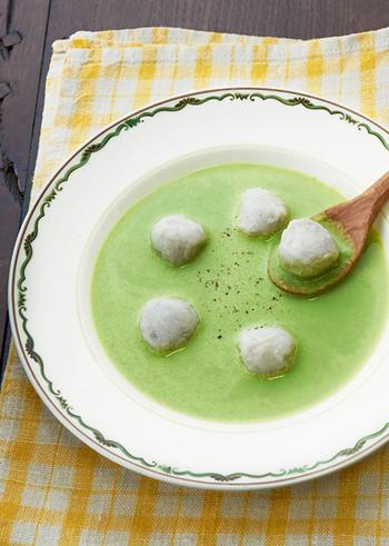 春菊のグリーンが鮮やかなポタージュスープ。食感も楽しい里芋団子を浮かべて完成です。おもてなしのテーブルにも。