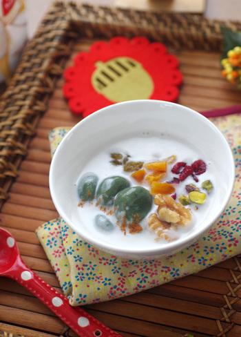 干しあんず、干しぶどう、干しクランベリーなどのドライフルーツや、クルミとピスタチオなどのナッツ類に、よもぎ粉と白玉粉で作るよもぎ白玉が入った、ココナッツ汁粉。たっぷりのドライフルーツやナッツは見た目を華やかにしてくれるだけでなく、味も食感も◎の贅沢なデザートです♪
