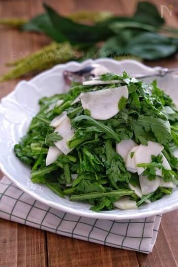 生の春菊は苦みもなく、ちょっと意外なさっぱりした美味しさ。こちらは、ポリ袋で簡単にできるサラダです。昆布茶の深い味わいが、うまみになります。