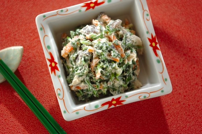 なめらかな絹ごし豆腐を使った春菊の白和え。ほのかな苦みもいいアクセント。クリーミーな味わいの、上質な副菜です。