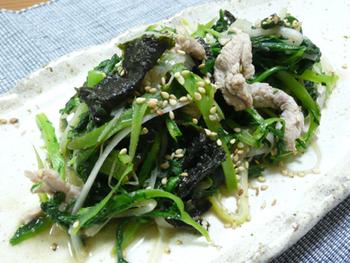 豚肉とたっぷりの春菊などを炒め、最後に海苔を合わせて磯の香りを。おかずにもおつまみにもなる風味豊かな美味しさです。