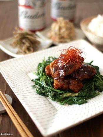 コクのある鶏の甜面醤焼きに、ごま油で炒めた春菊を添えて。鶏の旨味エキスが春菊にしみて、最後まで美味しいひと皿です。