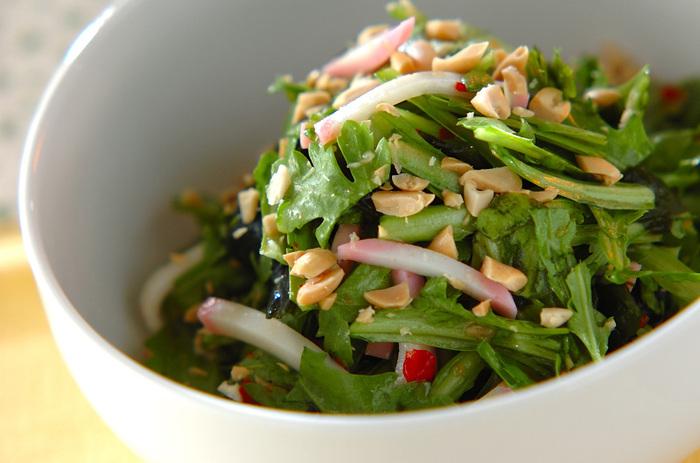 春菊やわかめのサラダに、スイートチリソースを使ったエスニック風味のドレッシングをかけた新鮮な味。甘みがあるので、お子さんにも食べやすいかも。火を使わない、簡単レシピです。