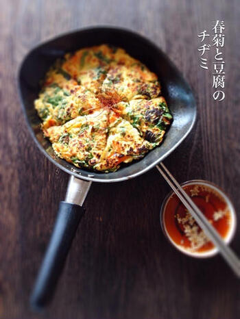 春菊をたっぷり使ったチヂミ。豆腐が入っているので、ふわふわです。豆板醤を使ったピリ辛なタレがまたいいバランス。大人の味わいは、おつまみにもなります。