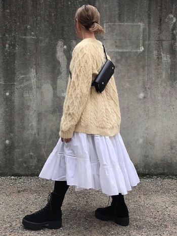 ワンピースの上からクリーム色の大きめニットをすっぽり被った、可愛らしい着こなし。ふんわり広がる白スカートがとってもキュートです。大きめニットのコーディネートに迷っていた方は、ぜひ手持ちのワンピースで試してみて下さいね。
