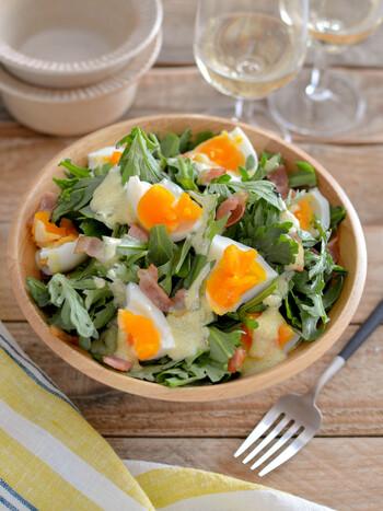 和食に使うことが多い春菊ですが、洋食にもおすすめ。生の春菊に、ゆで卵やカリカリベーコンなどを合わせたヨーグルトサラダなどいかがでしょう。クセも少なく、おしゃれな1品として楽しめます。