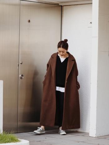 大きめアウターを着こんだスタイルは、野暮ったく見えない様に、顔周りや足首の肌見せで抜け感を出してあげるとすっきり見えますよ!すっぽり身体を包んでくれるオーバーサイズのロングコートは、可愛いだけじゃなくあったかくて寒い日にぴったりです。