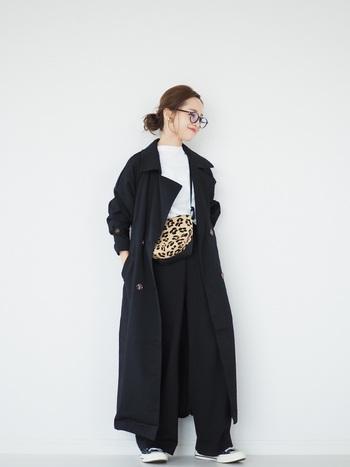 程よい落ち感のある素材のトレンチコートは、大きめの襟やサイズ感が、自然な華奢見え効果を生んでくれます。ブラックアイテムが多めでまとまりがあるのも素敵です。レオパード柄のバッグがモノトーンスタイルのアクセントになっていますね。