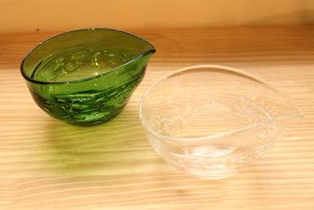 ガラスの片口のいいところは、カラーバリエーションが豊富なところ。クリアなガラスはなんにでも合い重宝しますし、色が入ったガラスなら、ひとつでも食卓のアクセントになってくれます。