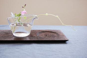 注ぎ口の部分を生かして、お花をアレンジするのもいいですね。注ぎ口が繊細なお花をやさしくサポートしてくれます。