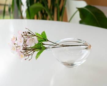 こちらの重心を低めにとったガラスの片口は、透明感があり、日本酒にぴったり。注ぎ口を生かして、こんな風に片側に寄せてお花を生けるのも面白いですね。まったりとした質感を堪能したくなる逸品です。