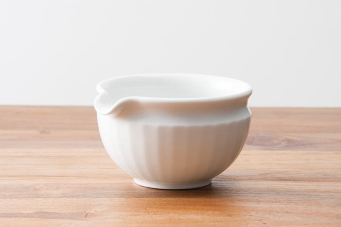 「白山陶器」らしい、優しい乳白色が美しい片口のうつわです。小鉢として使うほか、ドレッシングやソース入れにもなり、日常使いにおすすめです。