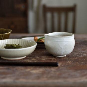 陶磁器は、ほかの食器との馴染みもよく、使い勝手がいいので、最初の片口として選ぶのもおすすめ。ほどよいアクセントを加えながら、上手に場に溶けこみます。