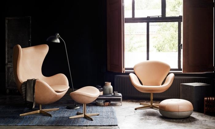 アルネ・ヤコブセンの名作椅子を並べたリビングルーム。こちらは、60周年を記念したモデルのために、デンマーク家具のフリッツ・ハンセン社が最高級の素材を選んだもので、使えば使うほどに味わい深い家具に変わっていく、経年変化も楽しめるようになっています。手触りや座り心地にもこだわっているので、くつろぎの時間を至福に変えてくれるはずです。