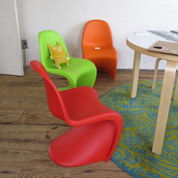 アルネ・ヤコブセンの事務所を経て独立したヴァーナー・パントンは、インテリアに留まらず、衣服や照明など、多くのデザインを手がけました。色やフォルムが独特で、プラスチックを使った「パントンチェア」は、ポップな存在感でお部屋を明るく彩ります。