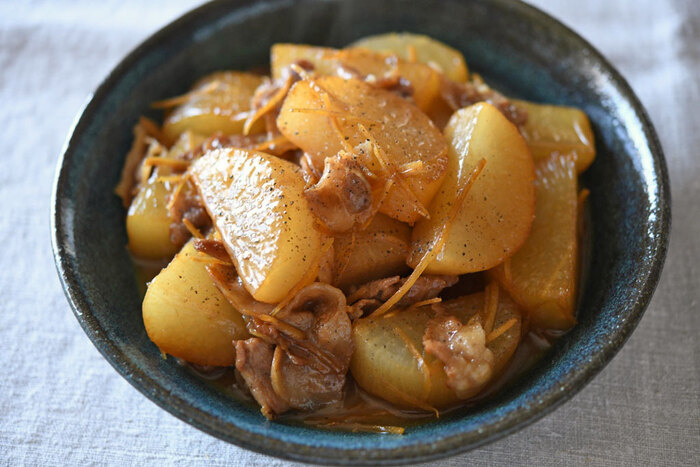 ぜひ覚えておきたい、大根のおかずの中でも定番中の定番。豚バラは少しでも十分うまみが出るので、大根をたっぷりめに使ったレシピだそうです。仕上げには粗挽き黒胡椒を使っていますが、そのほか、一味唐辛子、刻みネギ、振り柚子などもよく合います。