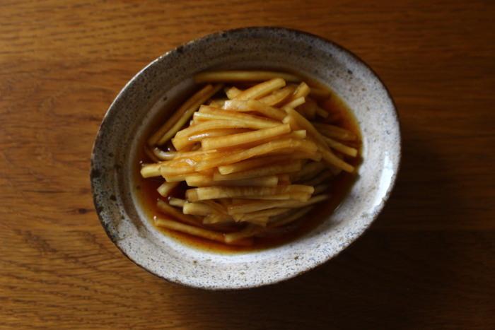 厚めにむいた大根の皮を、みりん・酢・醤油のつけ汁に漬けた一品。ポリポリとした食感で、箸休めや付け合せにピッタリ。赤唐辛子を入れてもおいしいですよ。
